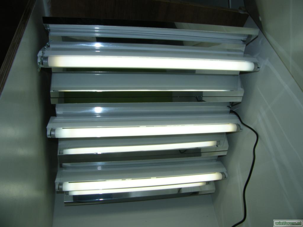 Installation fluorescente avec réflecteur